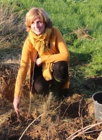 Céline Tellier plante un arbre